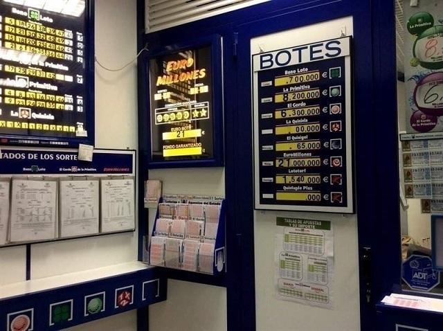 Interior de un despacho de loterías.