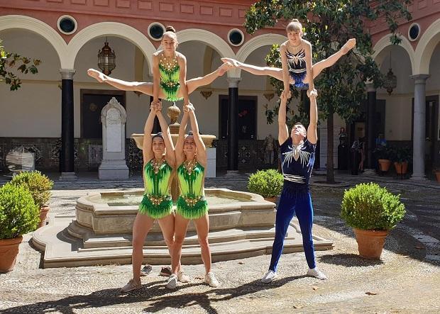 Pequeña exhibición de gimnastas en la presentación del campeonato.