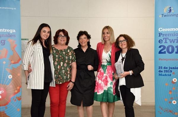 En los dos extremos, las docentes granadinas, Angustias Molina (izqda.) y Esther González.