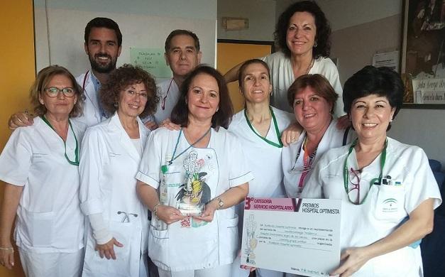 Equipo de Oncohematología Pediátrica, con el diploma del premio.