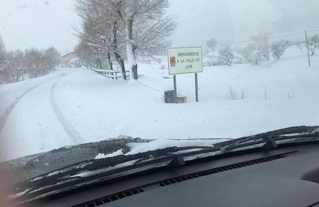 Entrada al municipio de Gor, cubierta de nieve.