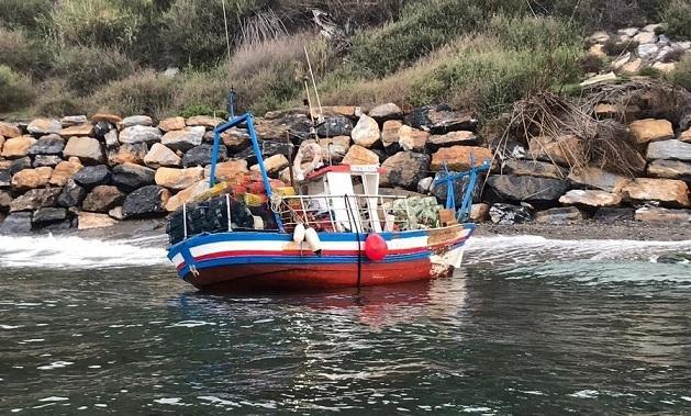 El pesquero ha embarrancado en la rambla Muray.