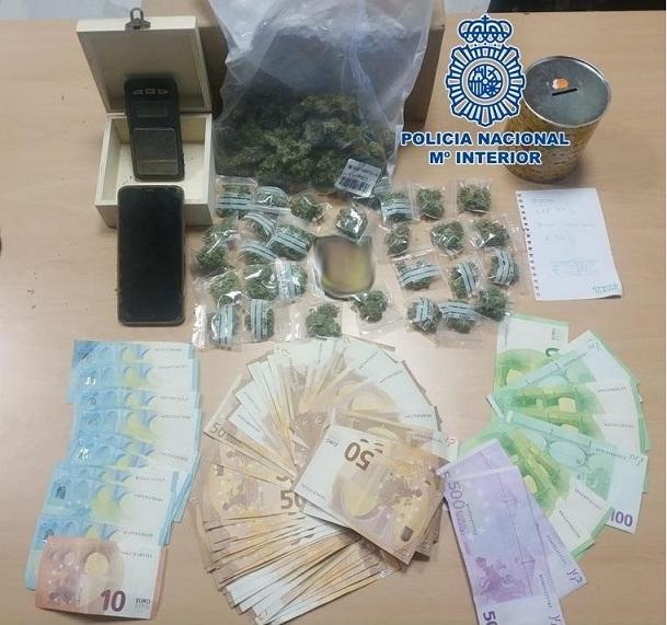 Droga y dinero intervenidos al detenido.