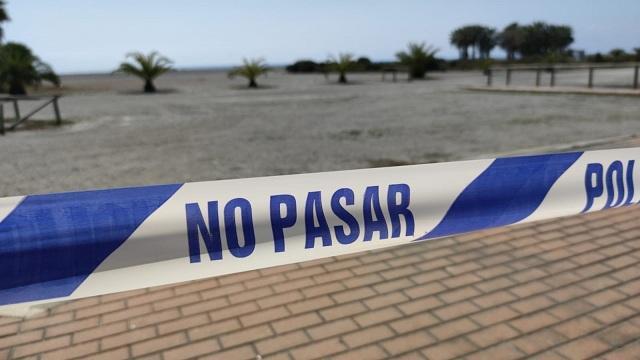 Banda que señala la prohibición de acceso a la playa.