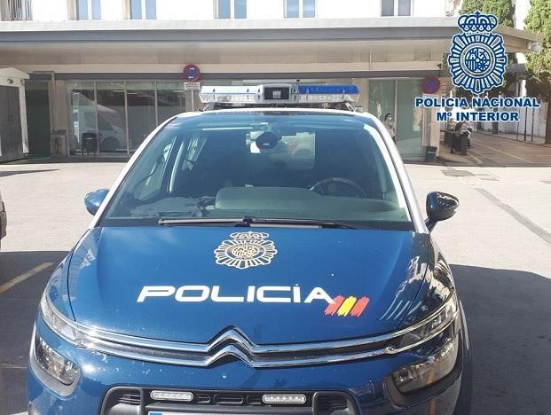 Vehículo policial a las puertas de un hospital.