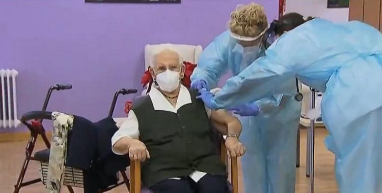 La granadina Araceli Rosario Hidalgo ha sido la primera española en recibir la vacuna contra el Covid.