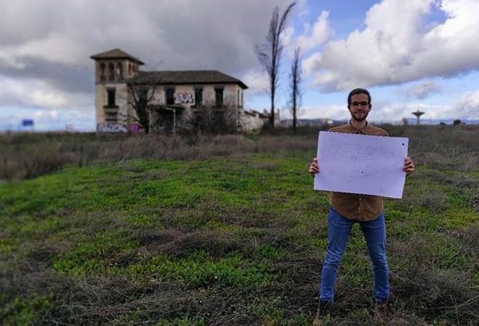 Uno de los investigadores, con la Casería de los Cipreses al fondo.