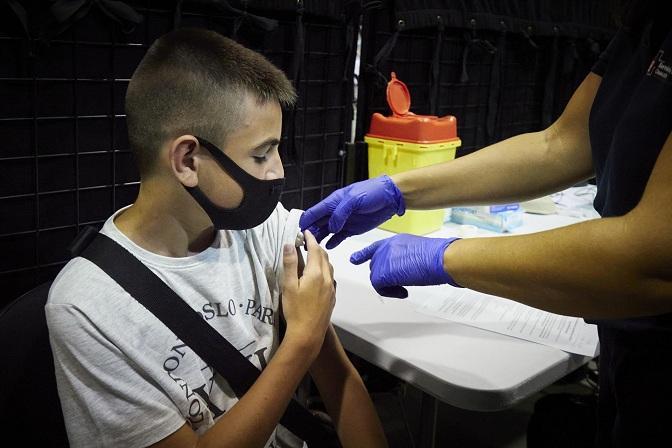 Un niño de 12 años recibe la vacuna contra el coronavirus.