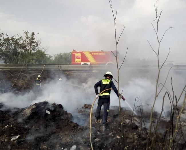 Bomberos de Almuñécar en la intervención de Torrenueva Costa, junto a la 340.
