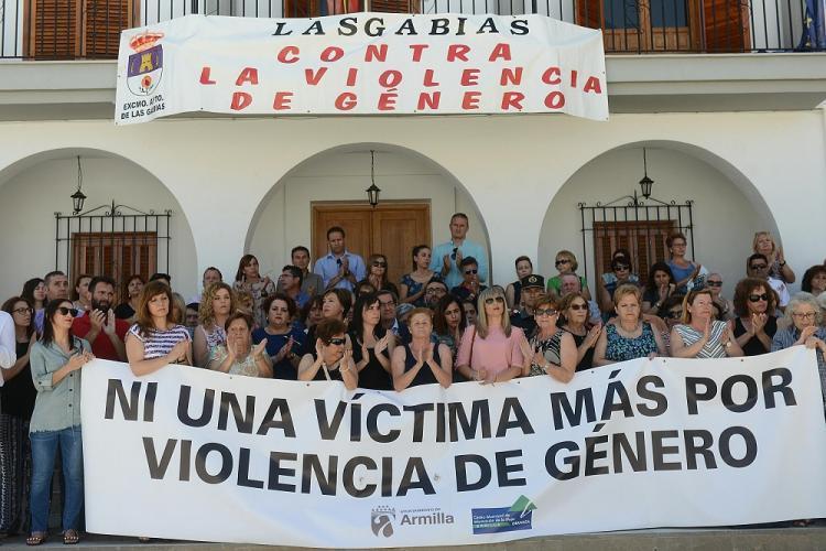 Imagen de la concentración de repulsa celebrada en Las Gabias el año pasado tras el crimen.