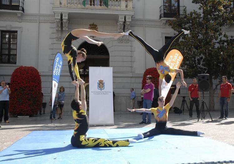 Exhibición de gimnasia acrobática, en la Plaza del Carmen, para presentar el open.