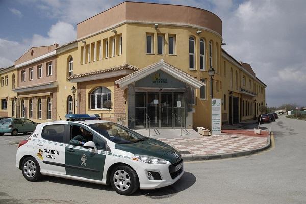 La Guardia Civil a las puertas de la residencia de Cájar.