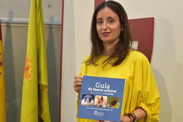María del Carmen Fernández muestra la guía.