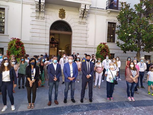 Guías y participantes, esta mañana, a las puertas del Ayuntamiento acompañados por el alcalde y el edil de Turismo.