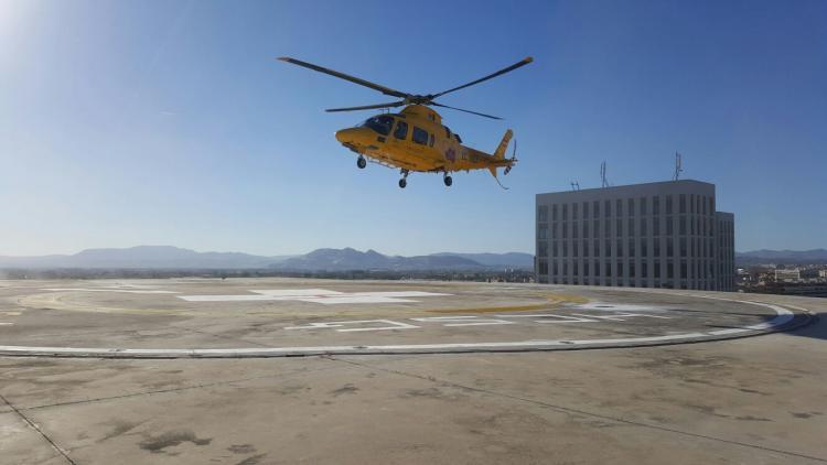 Un helicóptero de emergencias aterriza en el helipuerto.