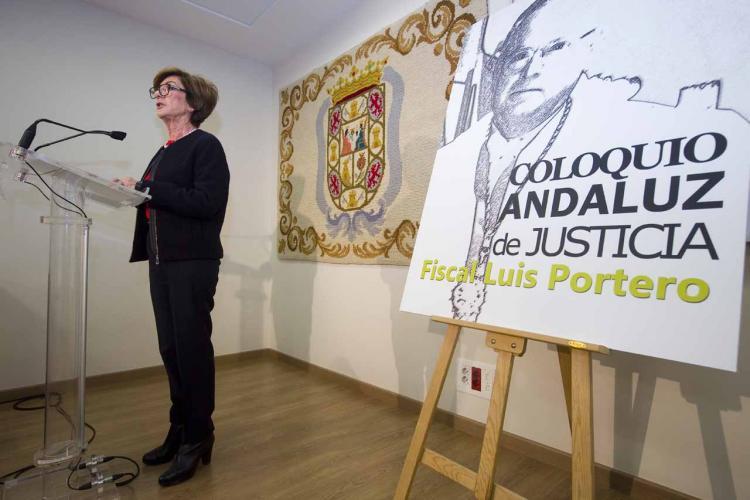 La viuda de Luis Portero, en un homenaje en la Fiscalía Andaluza.