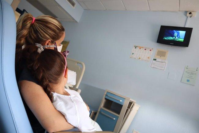 Una niña ingresada, con su madre, viendo el estreno.