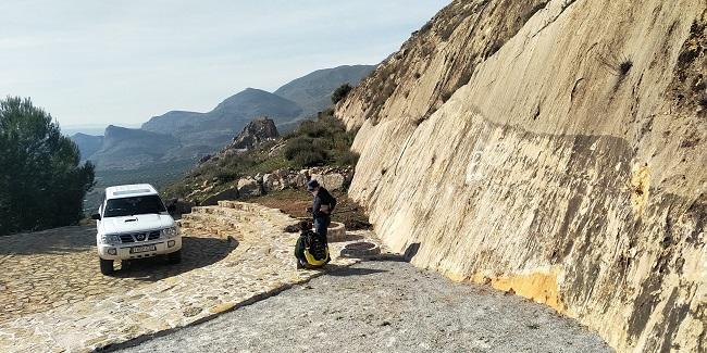 Geólogos de la Universidad de Granada conversan junto a un plano de falla en Sierra Elvira.