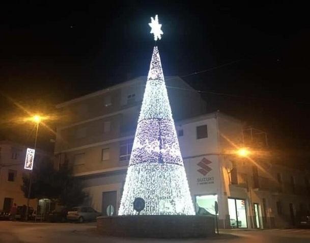 Árbol de luces instalado esta Navidad en la localidad.