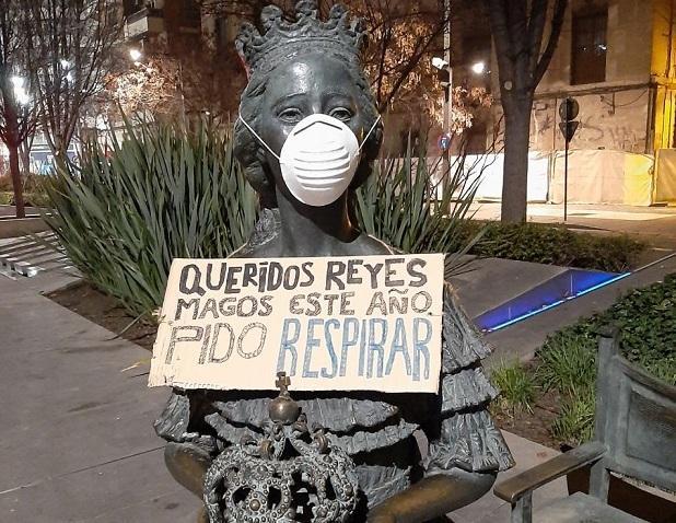 Una de las estatuas del bulevar de Constitución, con mascarilla y cartel de protesta.
