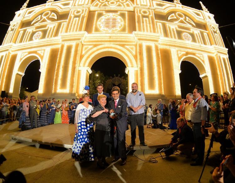 Elvira Bueno con el alcalde y los portavoces municipales, en el encendido de las luces del ferial.