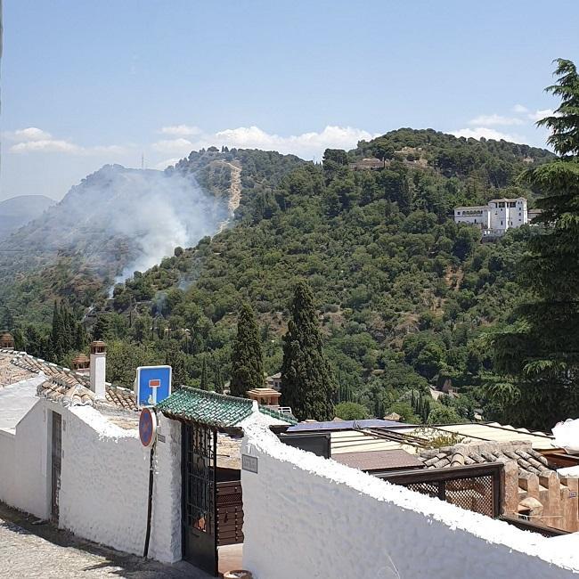 Incendio, a primera hora de la tarde, desde el Mirador de San Nicolás.