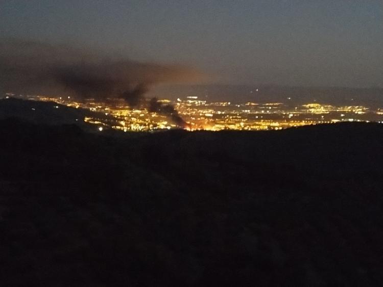 Imagen de la columna de humo provocada por el incendio.