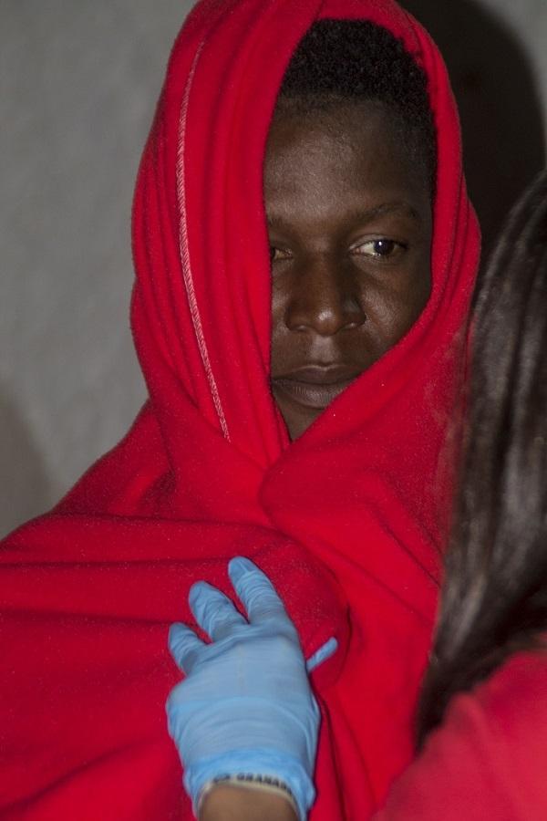 Impactante fotografía de uno de los migrantes rescatados anoche.