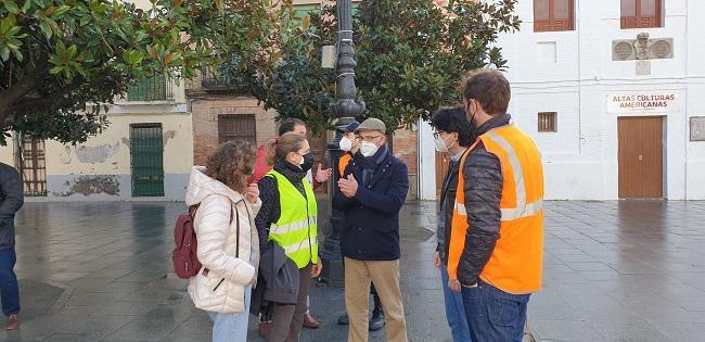 El equipo del Instituto Andaluz de Geofísica con el alcalde de Santa Fe, este domingo.