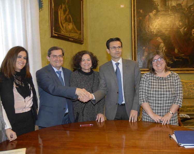 La rectora, el alcalde y el presidente de la Diputación han firmado el convenio.