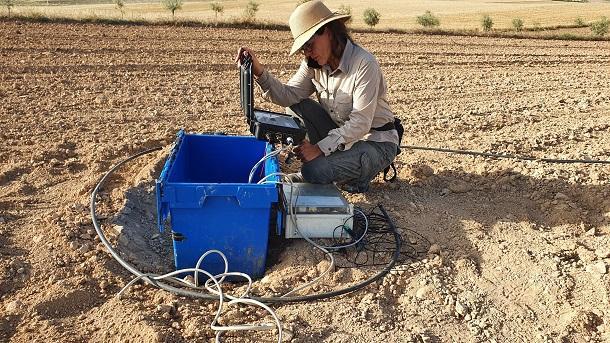 Los investigadores de la UGR realizan medidas magnetotelúricas en la Vega de Granada.