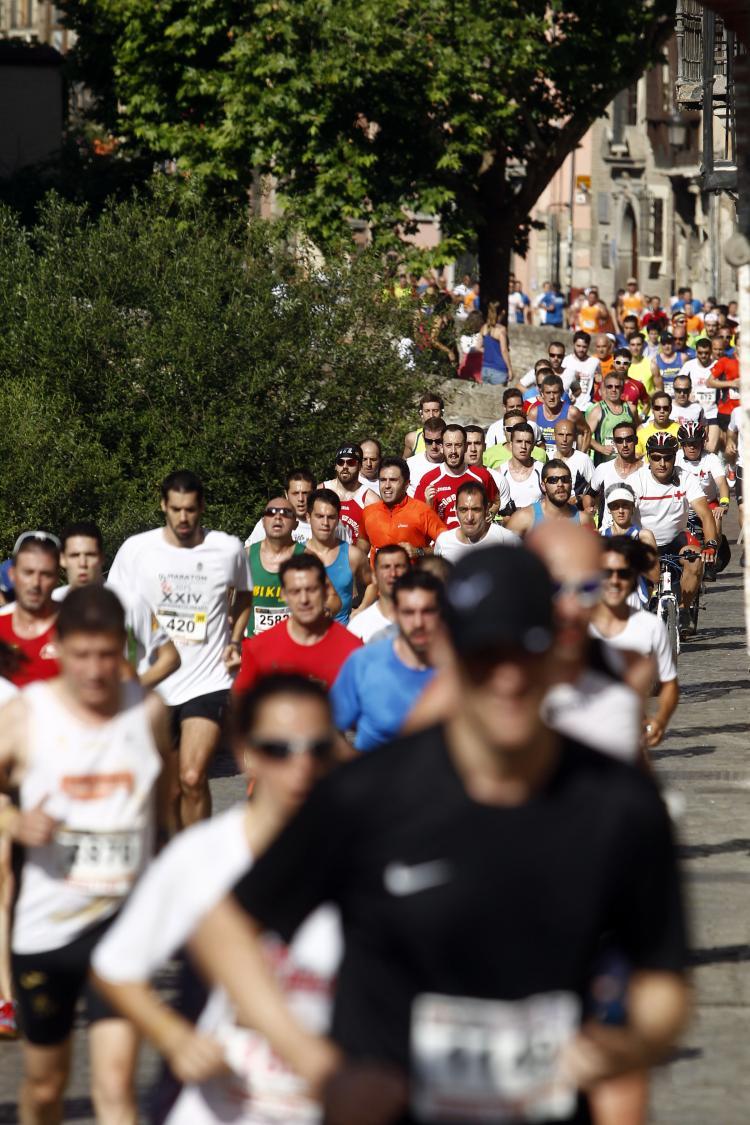 Participantes por el Paseo de los Tristes.