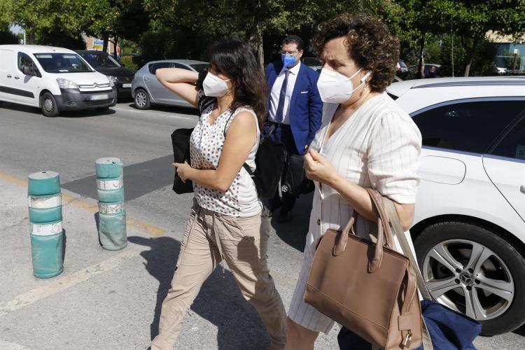 Juana Rivas, con Francisca Granados y su abogado, antes de ingresar en el CIS Matilde Cantos.