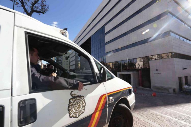 Vehículo policial frente a los juzgados de La Caleta.