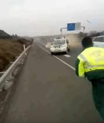 Impacto contra uno de los coches patrulla de la Guardia Civil.