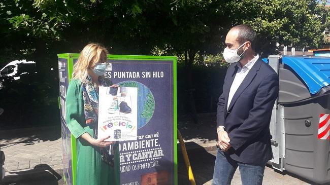 Pepa Rubia, junto al cartel de la campaña y ante uno de los contenedores de reciclaje.