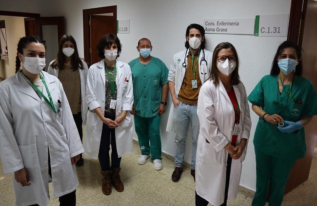 Concepción Morales, jefa del Servicio de Neumología, segunda por derecha, con el equipo de la consulta de asma grave.