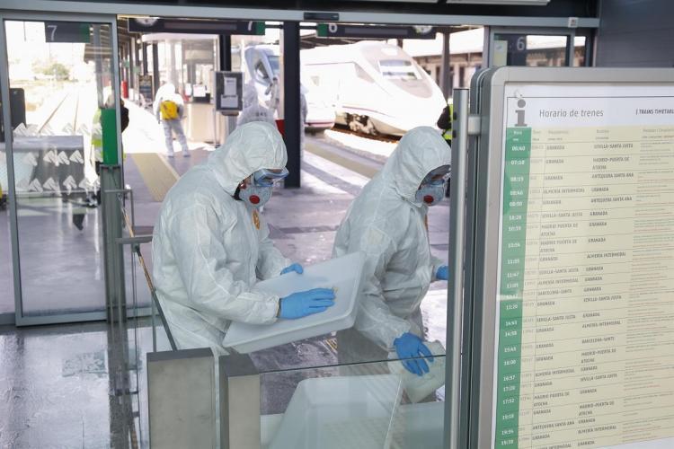 Militares de la UME en labores de desinfección de la estación de ferrocarril de Granada.