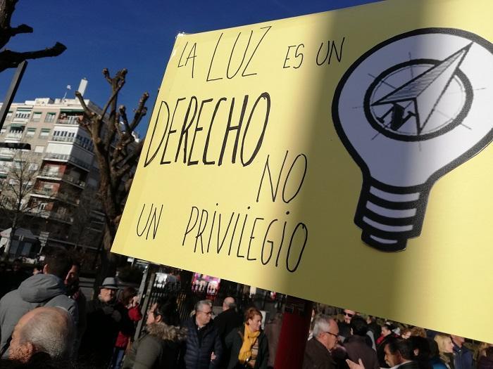 Detalle de un cartel que reivindica la luz como un derecho en una manifestación por los cortes de luz en Granada.