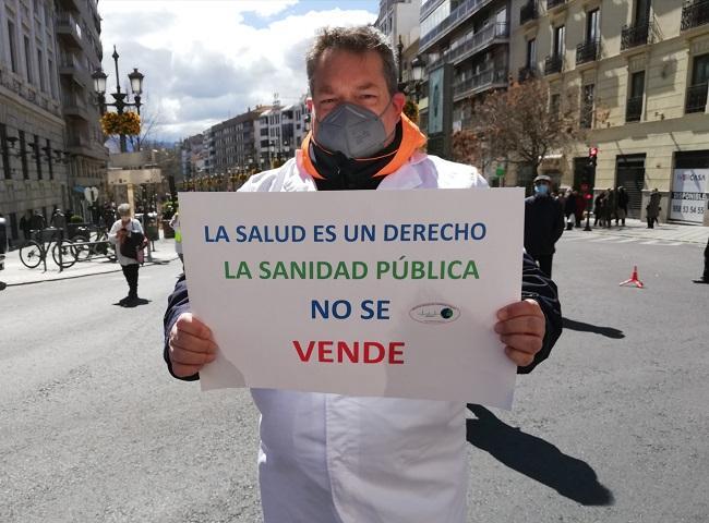 Uno de los participantes con un cartel en defensa de la sanidad pública