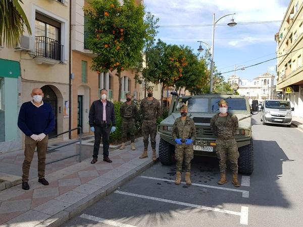 El alcalde y el concejal de Seguridad con el contingente de La Legión desplegado en Pinos Puente.