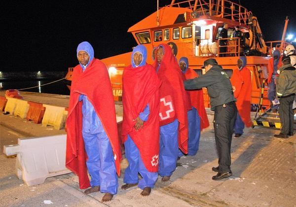Los migrantes, a su llegada al Puerto de Motril pasada la medianoche.
