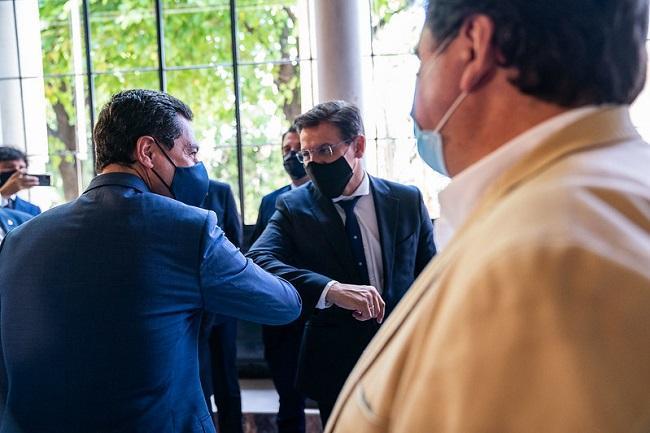 Moreno saluda con el codo a Salvador, al inicio de la reunión de alcaldes.