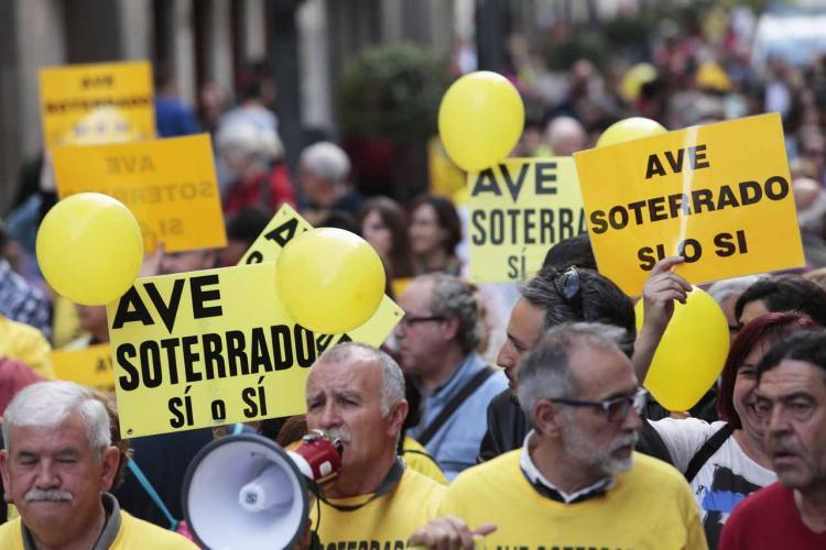 Una de las protestas de la Marea Amarilla exigiendo el AVE soterrado.
