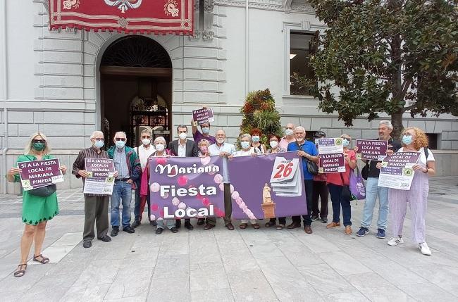 Representantes de Granada Abierta y Granada Laica con el concejal Antonio Cambril, de Unidas Podemos- Independientes, en la Plaza del Carmen.