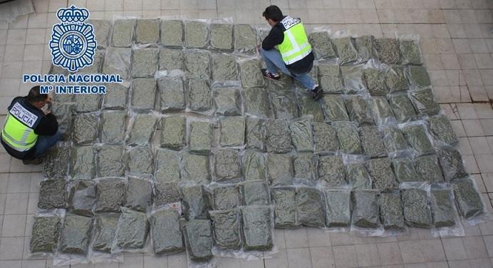 Paquetes de marihuana, un centenar, que iban en el coche.