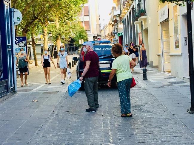 Paseantes en el centro de Granada.