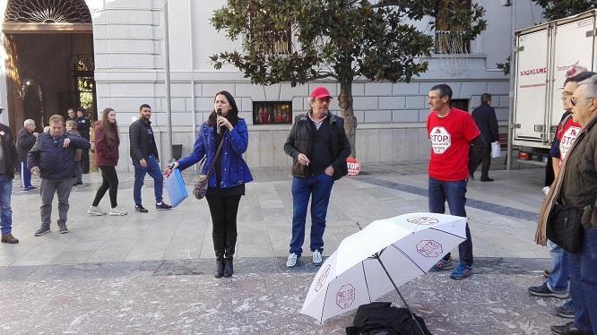 La afectada explica su situación micrófono en mano.