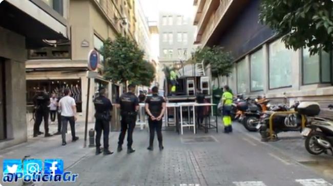 Agentes de la Policía Local de Granada supervisan, este miércoles, la retirada del mobiliario.