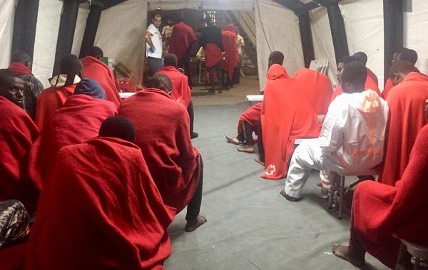 Migrantes aguardando a ser atendidos por voluntariado de Cruz Roja.